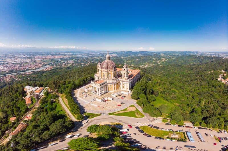 Όμορφη εναέρια πανοραμική άποψη στη διάσημη από τη βασιλική κηφήνων Superga στην ηλιόλουστη θερινή ημέρα Η εκκλησία καθεδρικών να στοκ εικόνες με δικαίωμα ελεύθερης χρήσης