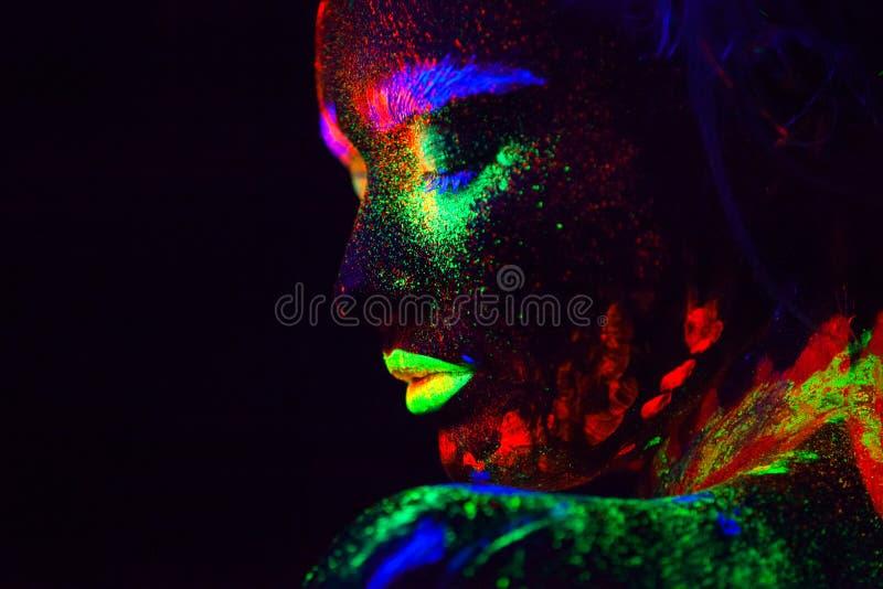 Όμορφη εξωγήινη πρότυπη γυναίκα με το μπλε heair και πράσινα χείλια στο φως νέου Είναι πορτρέτο του όμορφου προτύπου στοκ φωτογραφία