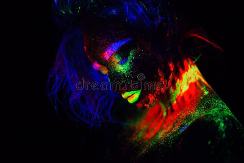 Όμορφη εξωγήινη πρότυπη γυναίκα με το μπλε heair και πράσινα χείλια στο φως νέου Είναι πορτρέτο του όμορφου προτύπου στοκ εικόνες με δικαίωμα ελεύθερης χρήσης