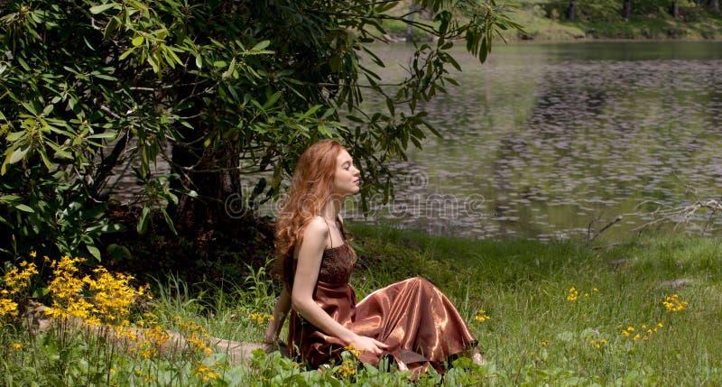 όμορφη εξωτερική γυναίκα στοκ εικόνα