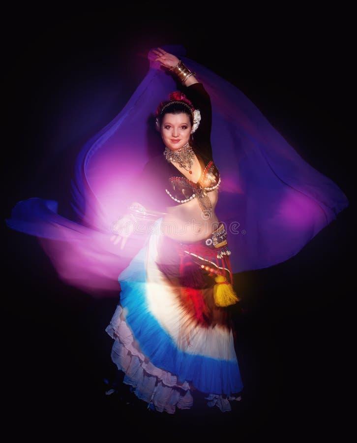 Όμορφη εξωτική γυναίκα χορευτών κοιλιών φυλετική με το μπλε σάλι στοκ φωτογραφία