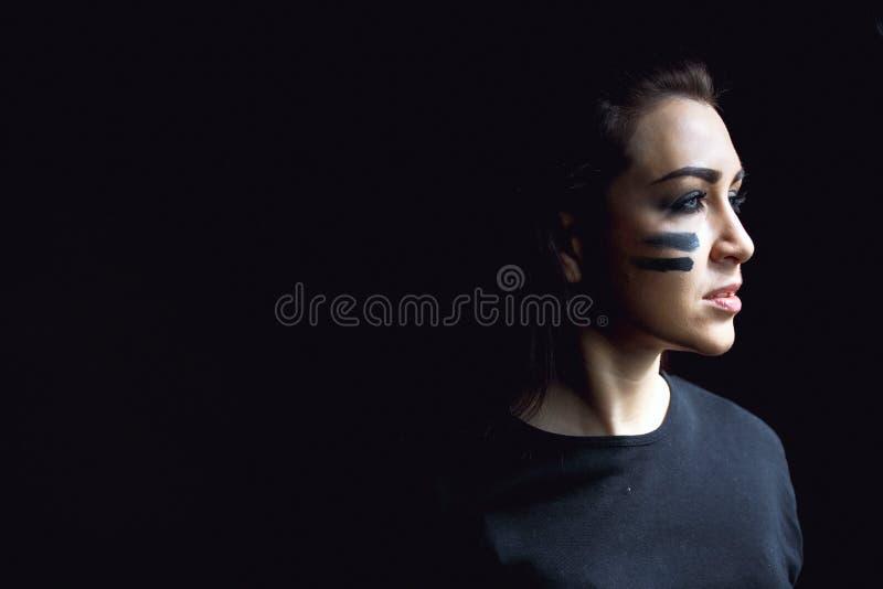 Όμορφη επιθετική γυναίκα πέρα από το σκοτεινό υπόβαθρο Σκοτεινές και μυστήριες στάσεις όμορφες κοριτσιών στη σκιά με το χρώμα cam στοκ εικόνες