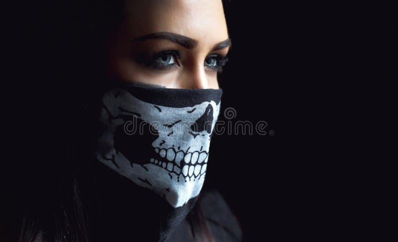 Όμορφη επιθετική γυναίκα πέρα από το σκοτεινό υπόβαθρο Σκοτεινές και μυστήριες στάσεις όμορφες κοριτσιών στη σκιά με το χρώμα cam στοκ φωτογραφία με δικαίωμα ελεύθερης χρήσης