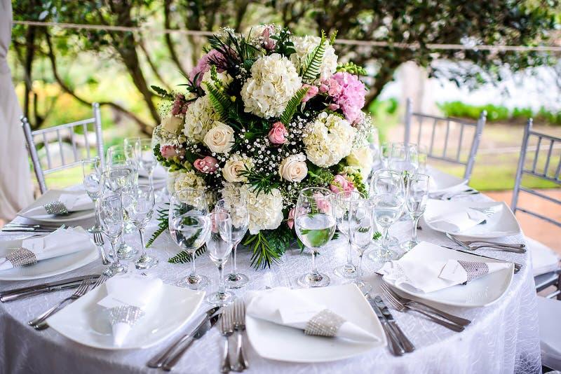 Όμορφη επιτραπέζια θέτοντας σειρά ρύθμισης γαμήλιων λουλουδιών στοκ εικόνες