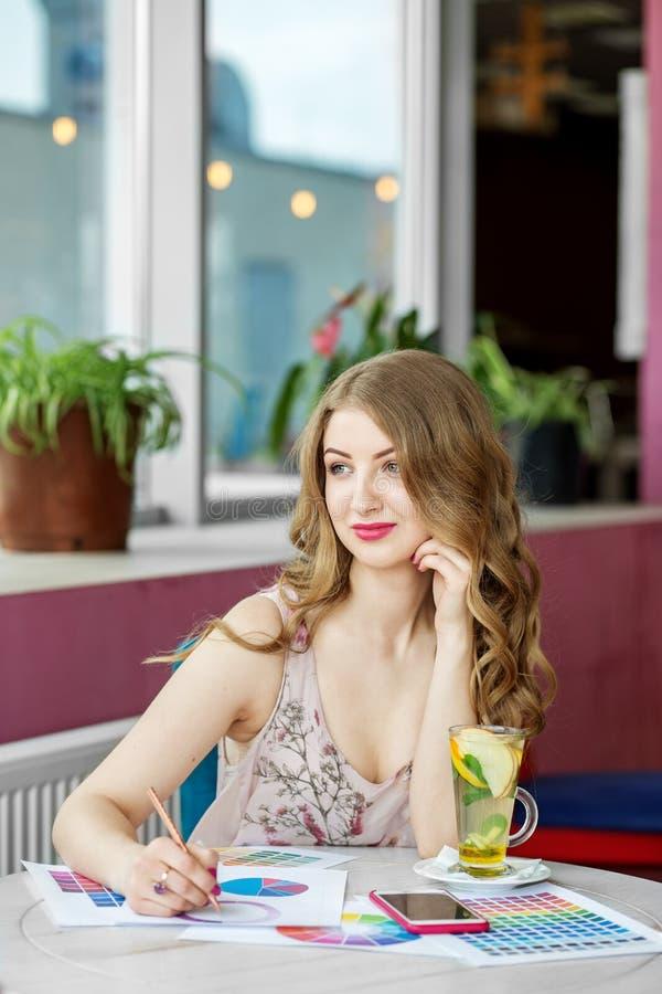 Όμορφη επιτυχής γυναίκα που εργάζεται μακρινά Τσάι εσπεριδοειδών με τη μέντα Η έννοια της εργασίας, επιχείρηση, εκπαίδευση, ανεξά στοκ φωτογραφίες με δικαίωμα ελεύθερης χρήσης