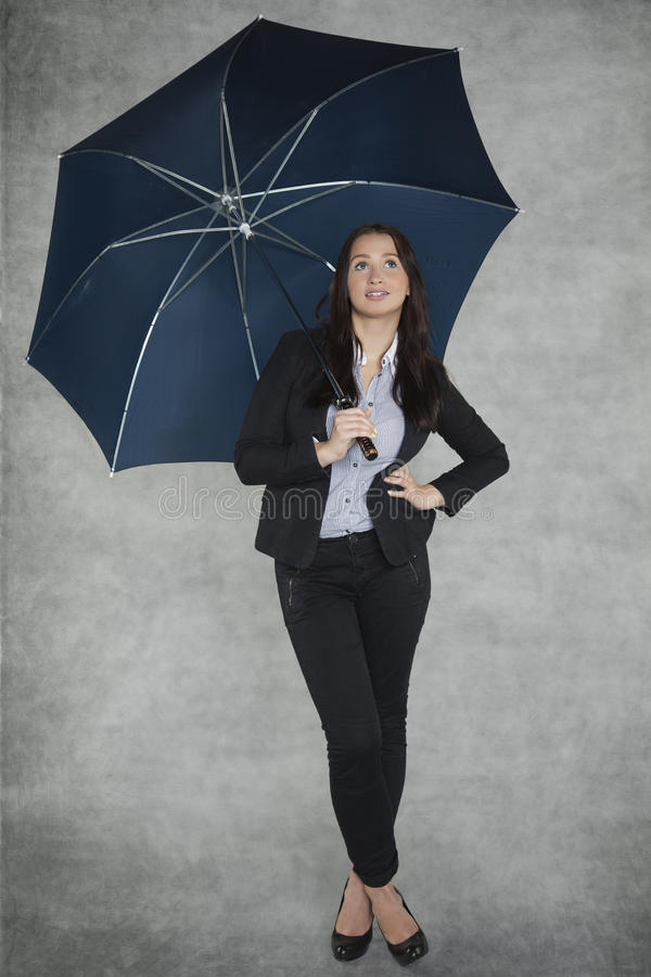 Όμορφη επιχειρηματίας κάτω από την ομπρέλα στοκ εικόνα με δικαίωμα ελεύθερης χρήσης