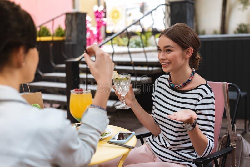 Όμορφη επιχειρηματίας που ξοδεύει το μεσημεριανό διάλειμμά της με την αδελφή στοκ φωτογραφίες με δικαίωμα ελεύθερης χρήσης
