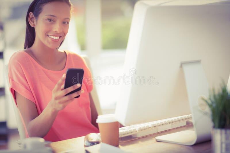 Όμορφη επιχειρηματίας που χαμογελά στη κάμερα στοκ εικόνα