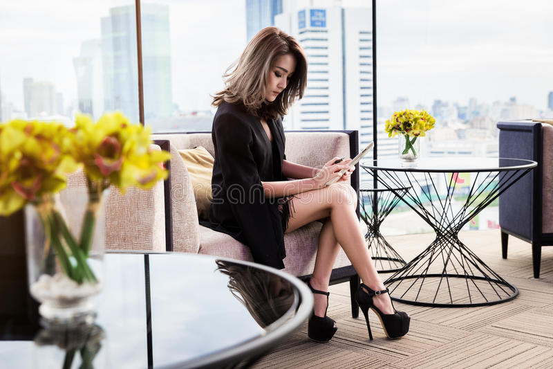 Όμορφη επιχειρηματίας που χρησιμοποιεί την ταμπλέτα στοκ φωτογραφίες με δικαίωμα ελεύθερης χρήσης