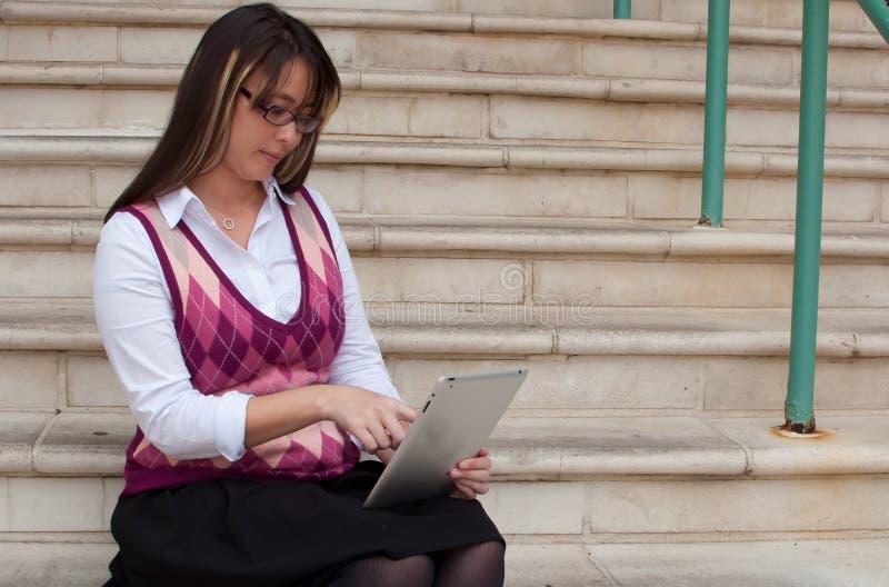 Όμορφη επιχειρησιακή γυναίκα στην ταμπλέτα στοκ εικόνες με δικαίωμα ελεύθερης χρήσης