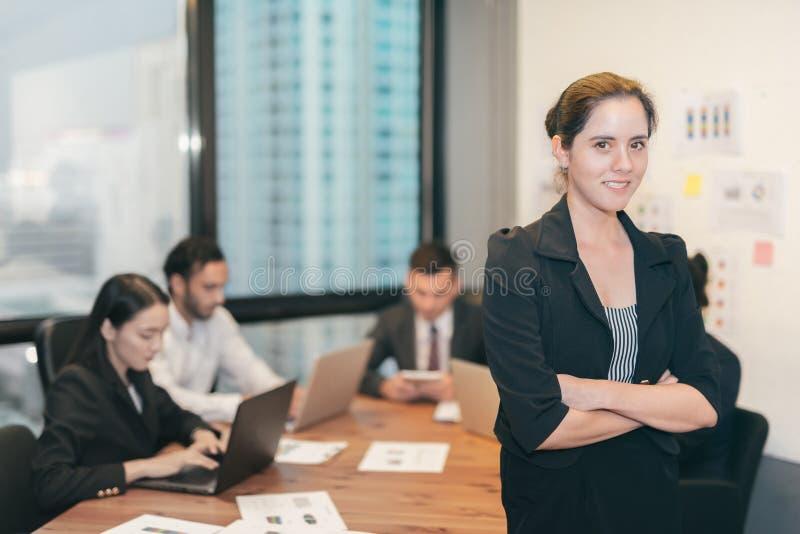 Όμορφη επιχειρησιακή γυναίκα στο γραφείο στοκ εικόνα