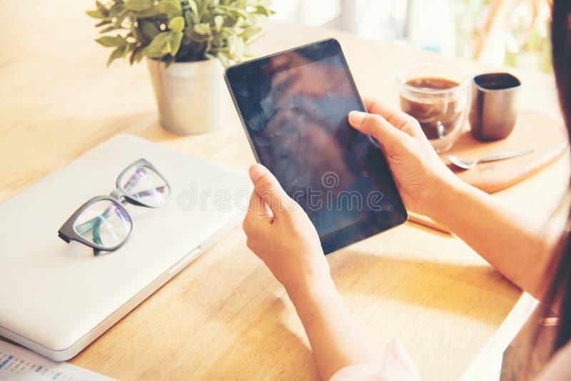 Όμορφη επιχειρησιακή εργαζόμενη γυναίκα που χρησιμοποιεί Ipad στοκ φωτογραφία