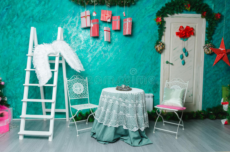 Όμορφη εσωτερική διακόσμηση Χριστουγέννων για τον οικογενειακό εορτασμό στοκ εικόνα