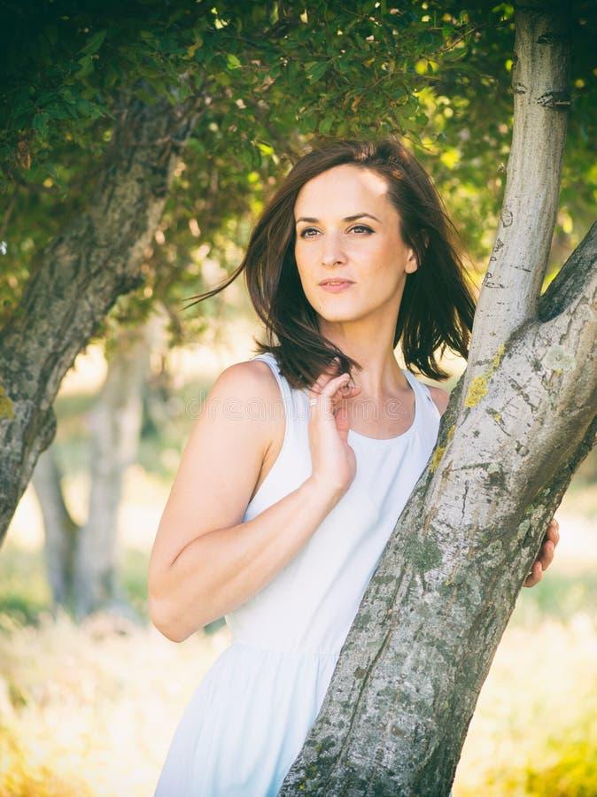 Όμορφη λευκή γυναίκα στη φύση στοκ φωτογραφίες