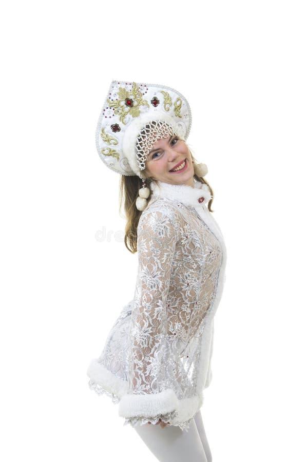 Όμορφη, ευτυχής γυναίκα με μακρυμάλλη, ντυμένος ως χαμόγελο Άγιου Βασίλη Χριστούγεννα - νέο έτος καρναβάλι στοκ φωτογραφία