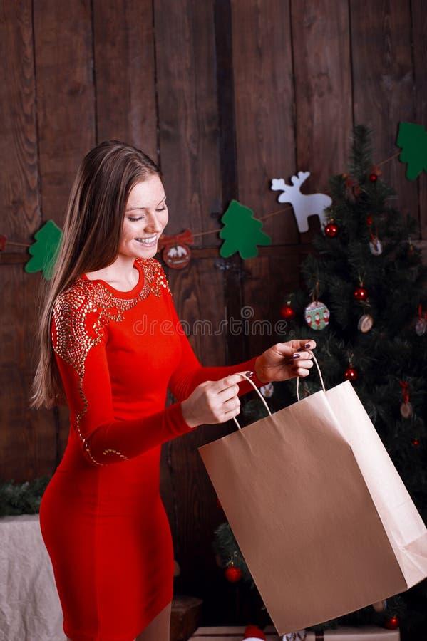 Όμορφη ευτυχής γυναίκα με παρόν #2 στοκ εικόνα με δικαίωμα ελεύθερης χρήσης