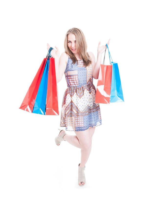 Όμορφη ευτυχής γυναίκα με πολλές τσάντες αγορών στοκ φωτογραφία με δικαίωμα ελεύθερης χρήσης