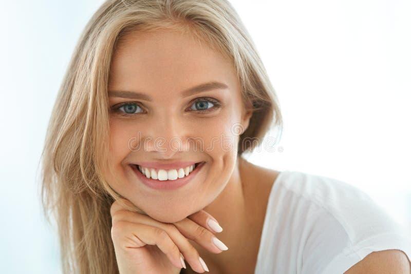 Όμορφη ευτυχής γυναίκα πορτρέτου με το άσπρο χαμόγελο δοντιών _ στοκ φωτογραφία με δικαίωμα ελεύθερης χρήσης