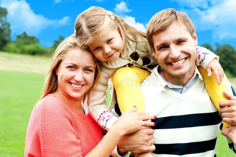 Όμορφη ευτυχής καυκάσια οικογένεια τριών στοκ εικόνες με δικαίωμα ελεύθερης χρήσης