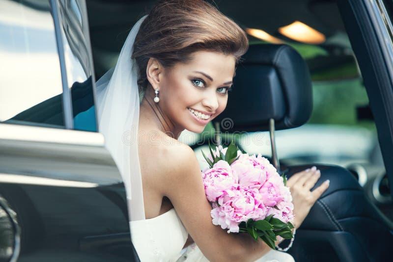 Όμορφη ευτυχής νέα νύφη στοκ εικόνες με δικαίωμα ελεύθερης χρήσης