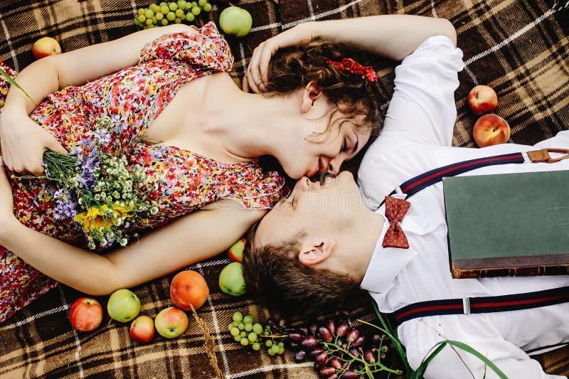 Όμορφη ευτυχής νύφη και μοντέρνος αναδρομικός νεόνυμφος που βρίσκονται στο bla τουίντ στοκ εικόνες