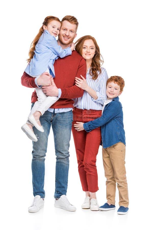 όμορφη ευτυχής οικογένεια με δύο παιδιά που χαμογελούν στη κάμερα στοκ φωτογραφίες με δικαίωμα ελεύθερης χρήσης