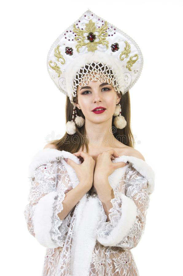 Όμορφη, ευτυχής, συναισθηματική νέα γυναίκα με μακρυμάλλη, ντυμένος όπως το χαμόγελο Άγιου Βασίλη Χριστούγεννο-νέο έτος καρναβάλι στοκ εικόνα με δικαίωμα ελεύθερης χρήσης