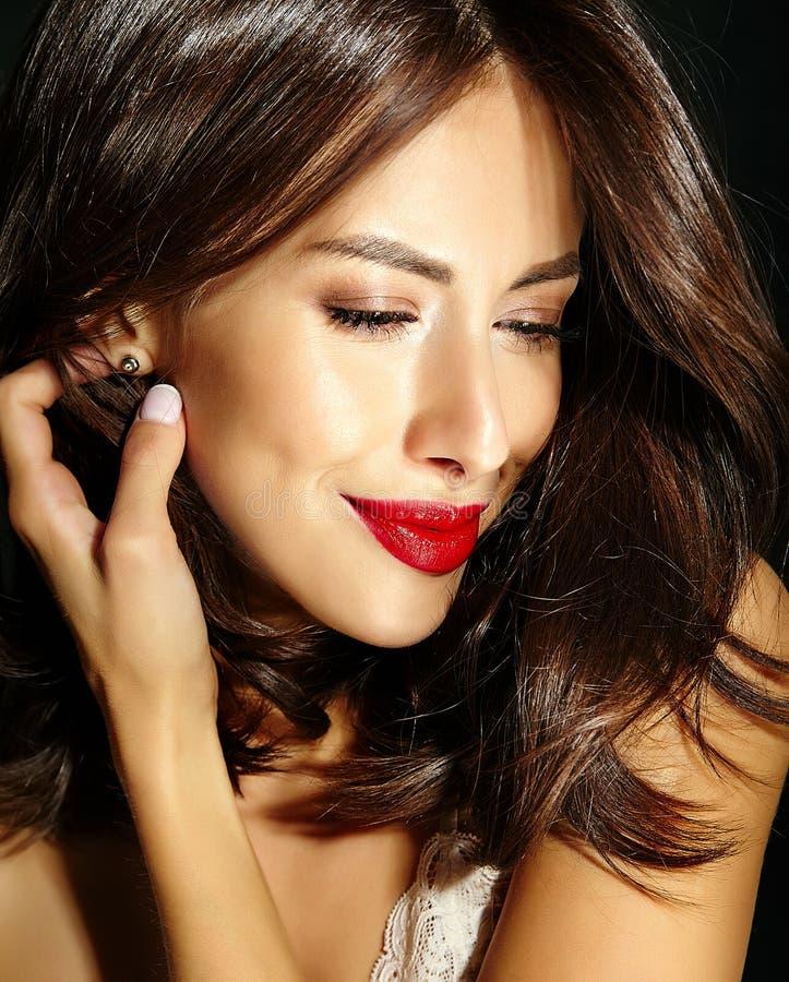 Όμορφη ευτυχής χαριτωμένη προκλητική γυναίκα brunette με τα κόκκινα χείλια lingerie πυτζαμών στοκ φωτογραφίες με δικαίωμα ελεύθερης χρήσης