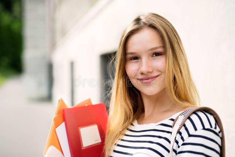 Όμορφη εφηβική τοποθέτηση σπουδαστών μπροστά από το πανεπιστήμιο στοκ φωτογραφίες με δικαίωμα ελεύθερης χρήσης