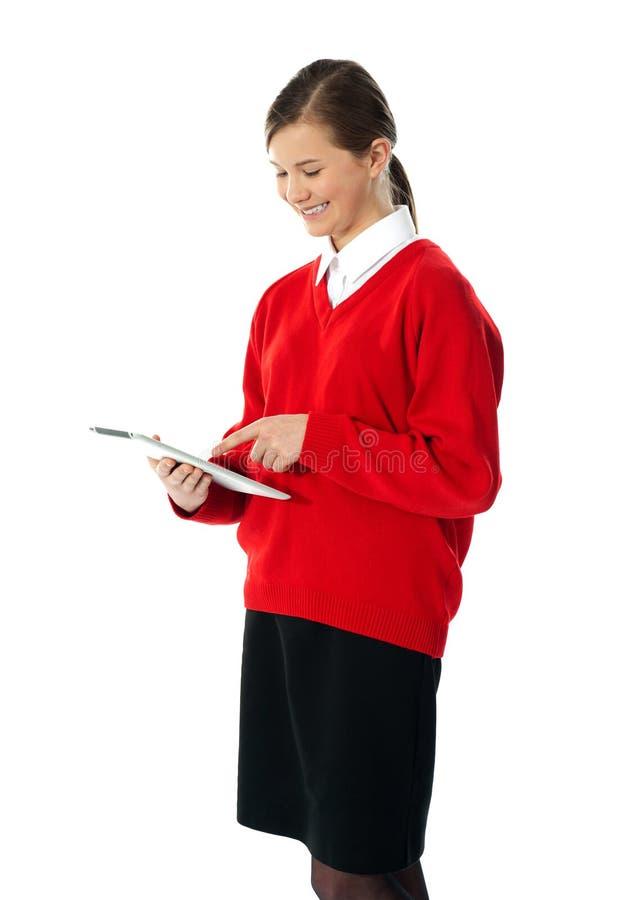 Όμορφη εφηβική χρησιμοποιώντας ηλεκτρονική ταμπλέτα στοκ φωτογραφία