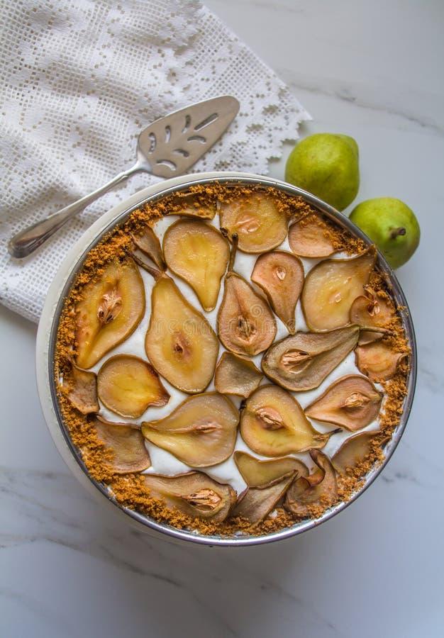 Όμορφη & εύγευστη σπιτική βαυαρική κρέμα, mousse αχλαδιών και κέικ μπισκότων speculoos που διακοσμούνται με τα ψημένα καραμελοποι στοκ εικόνες