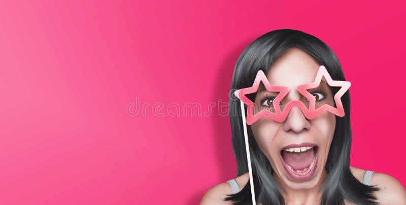 Όμορφη εύθυμη γυναίκα με τα πλαστά ρόδινα αστεροειδή γυαλιά στοκ εικόνες