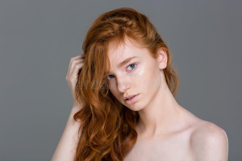 Όμορφη ελκυστική νέα γυναίκα με το τέλειο δέρμα στοκ εικόνες με δικαίωμα ελεύθερης χρήσης