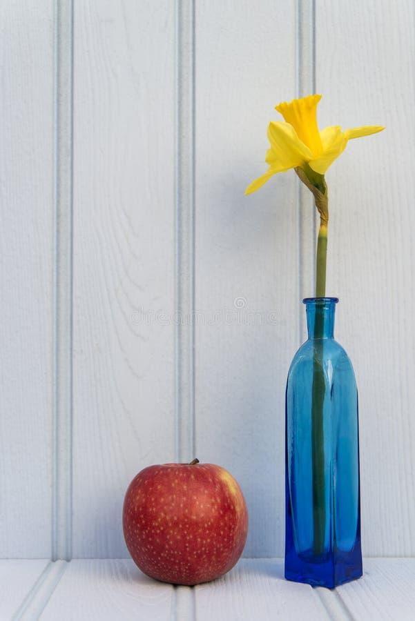 Όμορφη ζωή λουλουδιών ανοίξεων ακόμα με το ξύλινο υπόβαθρο και ho στοκ φωτογραφίες με δικαίωμα ελεύθερης χρήσης