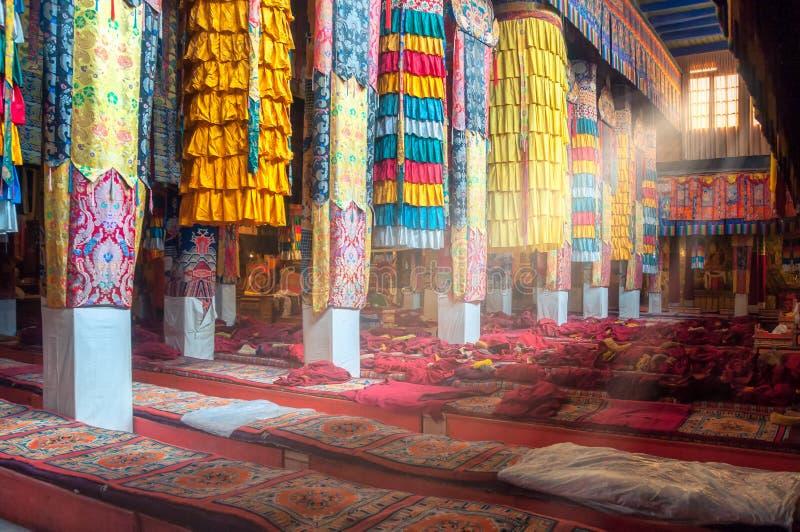 Όμορφη ζωηρόχρωμη εσωτερική διακόσμηση του θιβετιανού βουδιστικού ναού, Θιβέτ στοκ εικόνες