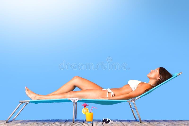 Όμορφη ηλιοθεραπεία γυναικών στοκ φωτογραφία με δικαίωμα ελεύθερης χρήσης