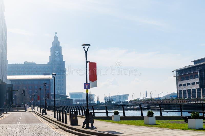 Όμορφη ηλιόλουστη ημέρα στο Λίβερπουλ, UK, διαφορετικές απόψεις cit στοκ εικόνα