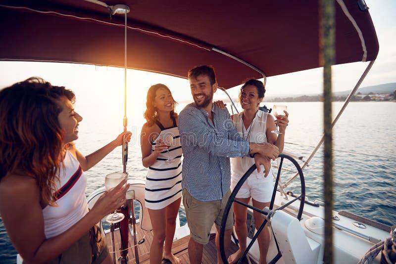 Όμορφη ημέρα για μια κρουαζιέρα στη θάλασσα με τους φίλους στοκ εικόνες με δικαίωμα ελεύθερης χρήσης