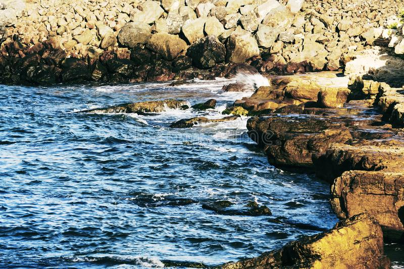 Όμορφη θάλασσα και θαυμάσιοι απότομοι βράχοι στοκ εικόνα με δικαίωμα ελεύθερης χρήσης