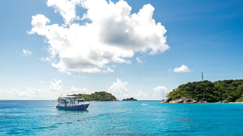 Όμορφη θάλασσα με τις βάρκες ταξιδιού στο νησί Tachai, nga Phang, Ταϊλάνδη στοκ φωτογραφία