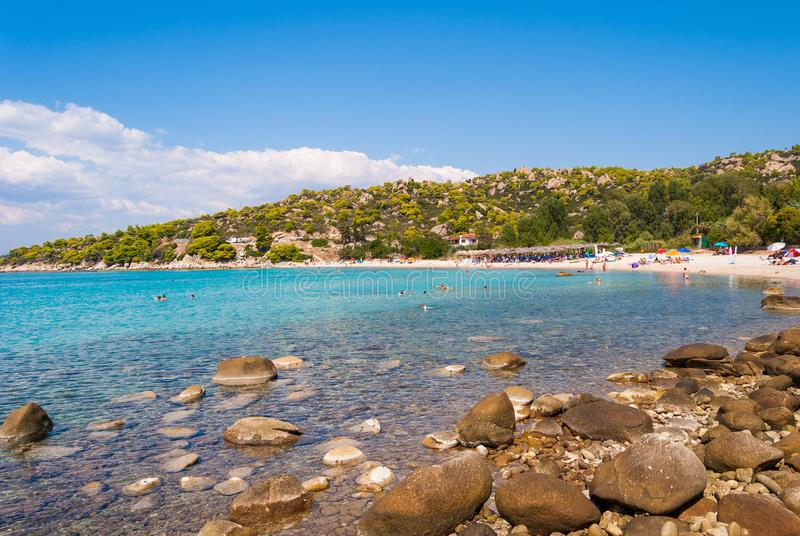 όμορφη θερινή άποψη της αμμώδους παραλίας με το ελληνικό μπλε πνεύμα θάλασσας στοκ φωτογραφία με δικαίωμα ελεύθερης χρήσης