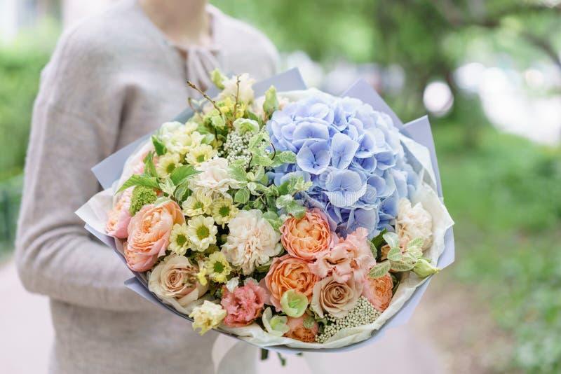 Όμορφη θερινή ανθοδέσμη Ρύθμιση με τα λουλούδια μιγμάτων Νέο κορίτσι που κρατά μια ρύθμιση λουλουδιών με το hydrangea _ στοκ εικόνες με δικαίωμα ελεύθερης χρήσης