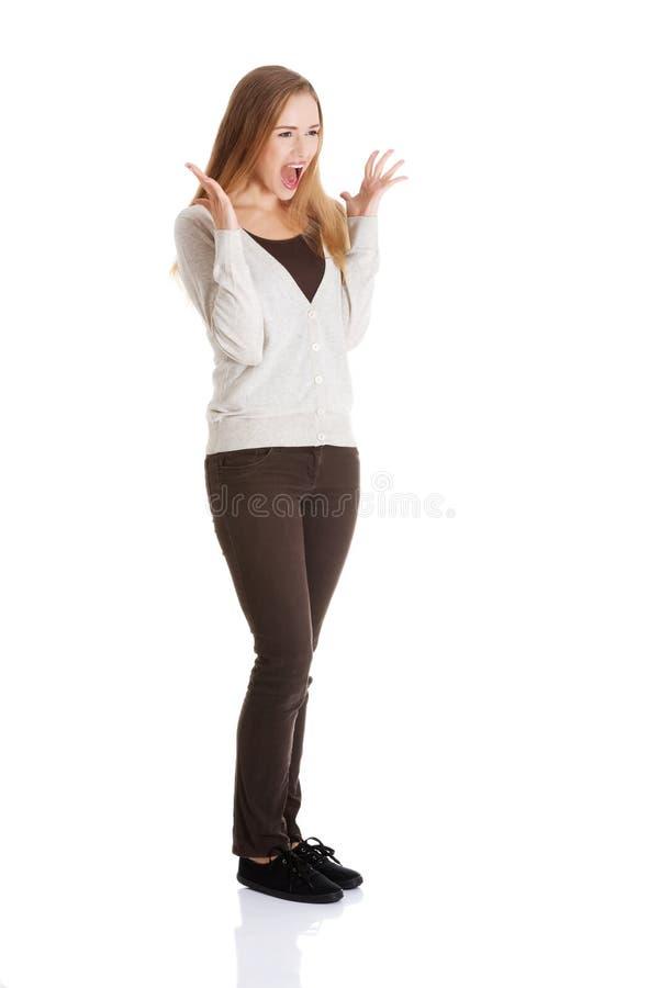 Όμορφη θετική και περιστασιακή γυναίκα που εκφράζει την έκπληξη. στοκ εικόνα