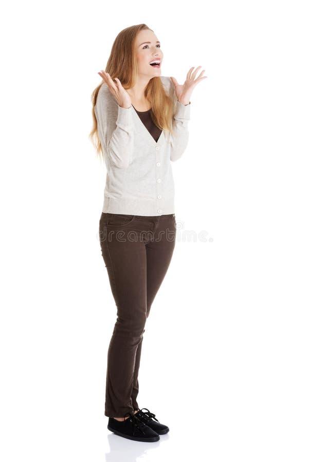 Όμορφη θετική και περιστασιακή γυναίκα που εκφράζει την έκπληξη. στοκ εικόνα με δικαίωμα ελεύθερης χρήσης