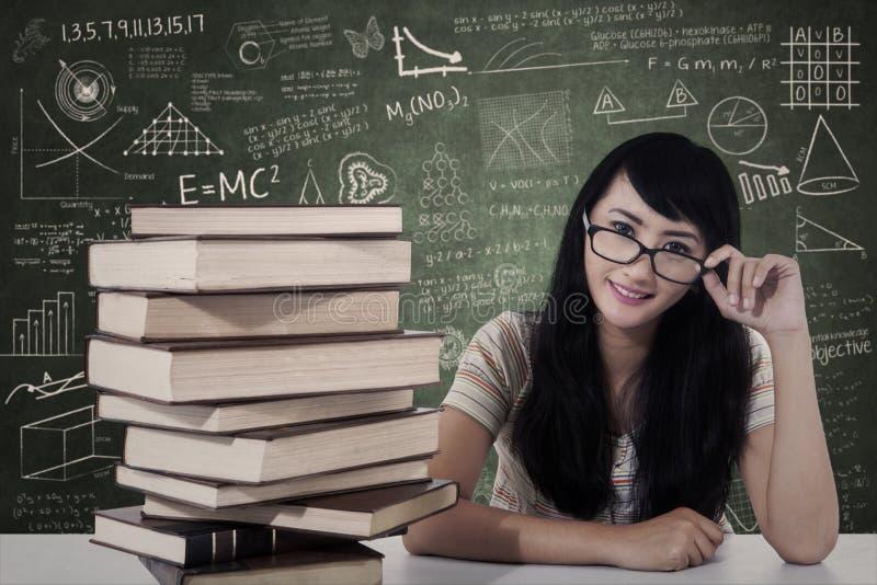 Όμορφη θηλυκή μελέτη σπουδαστών nerd στην κατηγορία στοκ φωτογραφία με δικαίωμα ελεύθερης χρήσης