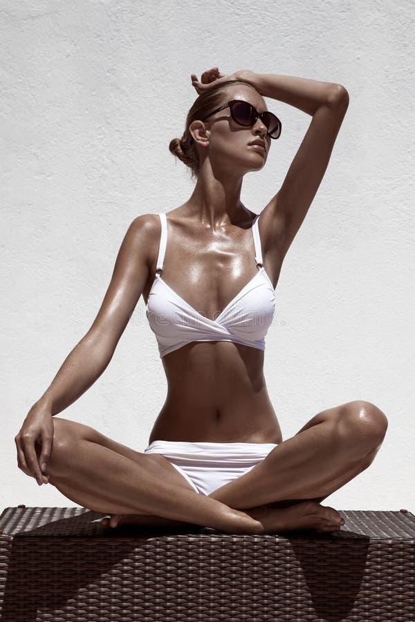 Όμορφη θηλυκή πρότυπη τοποθέτηση μαυρίσματος στοκ φωτογραφίες με δικαίωμα ελεύθερης χρήσης