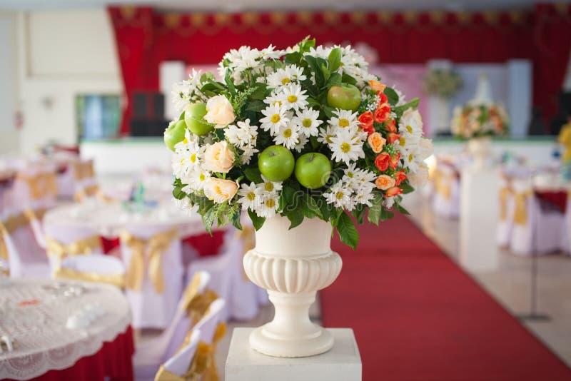 Όμορφη διακόσμηση ανθοδεσμών για τη γαμήλια τελετή στοκ φωτογραφίες