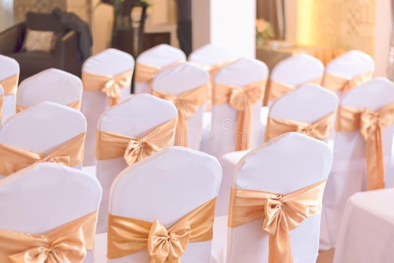Όμορφη διακόσμηση καρεκλών με την κορδέλλα στην αίθουσα γαμήλιου γεγονότος, SE στοκ φωτογραφία με δικαίωμα ελεύθερης χρήσης