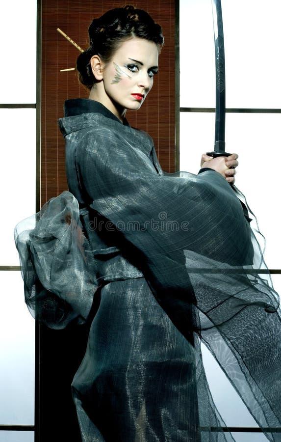 Όμορφη ιαπωνική γυναίκα κιμονό με το ξίφος Σαμουράι στοκ εικόνες με δικαίωμα ελεύθερης χρήσης