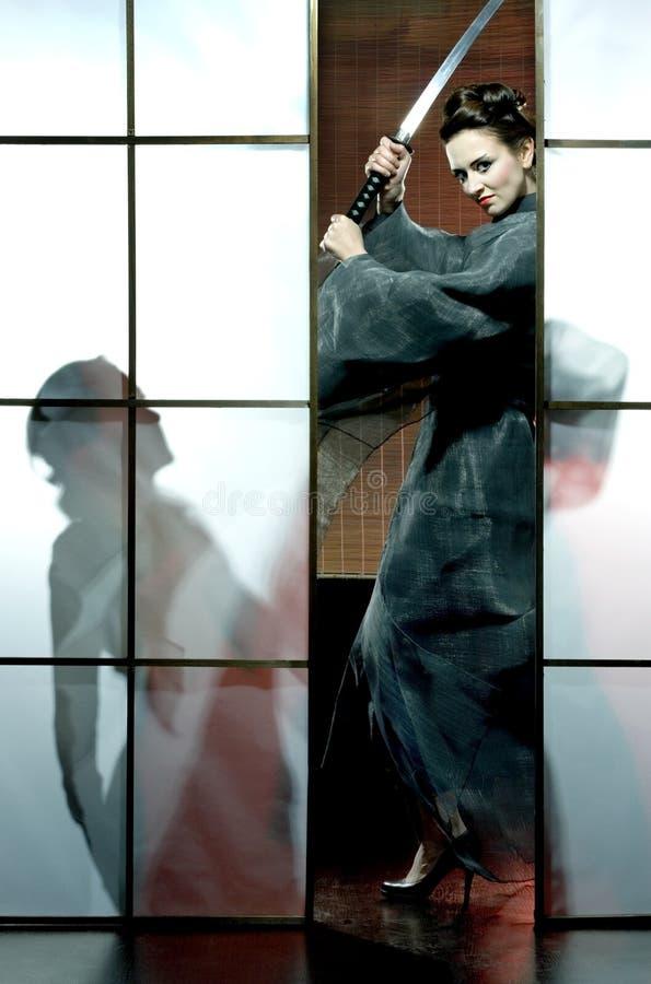 Όμορφη ιαπωνική γυναίκα κιμονό με το ξίφος Σαμουράι στοκ φωτογραφίες με δικαίωμα ελεύθερης χρήσης